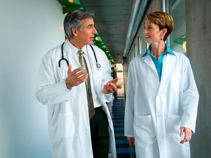 ts_140401_doctors_talking_hospital_800x600